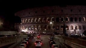 ROMA - 20 FEBBRAIO: Veicoli di notte del Colosseo di Colosseum, il 20 febbraio 2018 stock footage