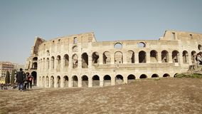 ROMA - 20 FEBBRAIO: Visita Colosseum, colpo dei turisti della pentola, il 20 febbraio 2018 stock footage