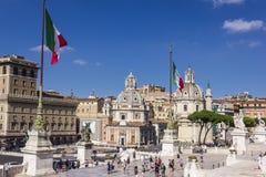 Roma/Itália - 25 de agosto de 2018: Vista na basílica Ulpia, coluna do ` s de Trajan e na Santa Maria di Loreto na praça Venezia foto de stock royalty free