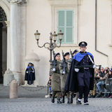 ROMA, ITÁLIA - 22 DE FEVEREIRO DE 2015: Mudança do palácio de Quirinale dos protetores em Roma Foto de Stock Royalty Free