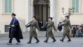 ROMA, ITÁLIA - 22 DE FEVEREIRO DE 2015: Mudança do palácio Roma de Quirinale dos protetores Fotografia de Stock Royalty Free