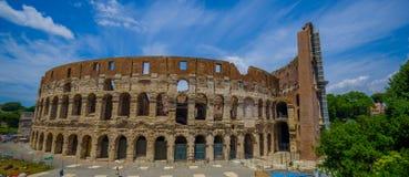 ROMA, ITÁLIA - 13 DE JUNHO DE 2015: Opinião de Roman Coliseum em um dia agradável do summe Construindo trabalhos fora, grande vis Foto de Stock