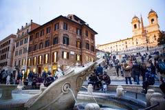 ROMA ITÁLIA - 8 DE NOVEMBRO: grande número de assento do turista na frente do marco de viagem importante da fonte espanhola da et foto de stock royalty free
