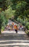 ROMA, ITÁLIA - 5 de setembro de 2016: O grupo de crianças vai em uma excursão do jardim zoológico de Roma As férias, um dia livre Fotografia de Stock