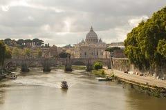 Roma, Itália - 14 de setembro de 2017: Vista bonita da basílica do ` s de St Peter no Vaticano do rio de Tibre em Roma fotografia de stock royalty free