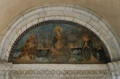 ROMA, ITÁLIA - EM AGOSTO DE 2018: Fresco antigo no templo que descreve o nascimento de Jesus Christ a Virgem Maria fotos de stock royalty free