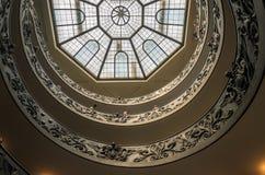 ROMA, ITÁLIA - EM AGOSTO DE 2018: Os turistas andam ao longo das escadas espirais antigas aos museus do Vaticano foto de stock