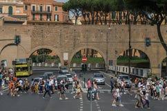 ROMA, ITÁLIA - EM AGOSTO DE 2018: Povos que cruzam a estrada em um cruzamento pedestre em Roma, Itália imagem de stock