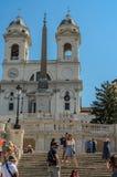 ROMA, ITÁLIA - EM AGOSTO DE 2018: Turistas na plaza da Espanha em Roma Itália imagens de stock royalty free