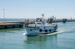 ROMA, ITÁLIA - EM JULHO DE 2017: O barco de pesca vem após a pesca no porto de Fiumicino em um dia ensolarado do verão Imagens de Stock Royalty Free