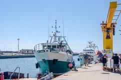 ROMA, ITÁLIA - EM JULHO DE 2017: O barco de pesca vem após a pesca no porto de Fiumicino em um dia ensolarado do verão Fotografia de Stock