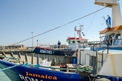 ROMA, ITÁLIA - EM JULHO DE 2017: O barco de pesca vem após a pesca no porto de Fiumicino em um dia ensolarado do verão Foto de Stock