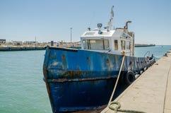 ROMA, ITÁLIA - EM JULHO DE 2017: O barco de pesca vem após a pesca no porto de Fiumicino em um dia ensolarado do verão Imagem de Stock