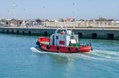 ROMA, ITÁLIA - EM JULHO DE 2017: O barco de pesca vem após a pesca no porto de Fiumicino em um dia ensolarado do verão Fotos de Stock