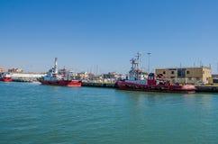 ROMA, ITÁLIA - EM JULHO DE 2017: O barco de pesca vem após a pesca no porto de Fiumicino em um dia ensolarado do verão Foto de Stock Royalty Free
