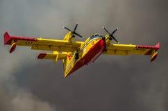 ROMA, ITÁLIA - EM JULHO DE 2017: O bombardeiro de combate ao fogo CL-415 dos aviões em uma situação de emergência, durante uma ca Foto de Stock Royalty Free
