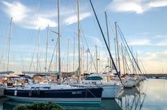 Roma, Itália - em outubro de 2015: Os iate e os barcos entraram no cais no mar no porto de Roma em Itália no por do sol em ensola Imagem de Stock Royalty Free