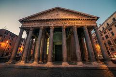 Roma, Itália: Fonte do Trevi, italiano: Fontana di Trevi, na noite fotos de stock royalty free