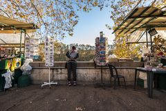 11/09/2018 - Roma, Itália: Homem que olha o rio do te da estrada imagens de stock