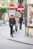Roma, Itália, o 15 de outubro de 2011: Um homem envelhecido médio monta um 'trotinette' abaixo da rua imagem de stock royalty free