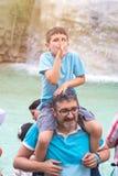 Roma, Itália - 23 06 2018: o menino nos ombros de seu pai imagens de stock royalty free