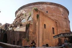 Roma, Itália - setembro 1,2017: Um artista da guitarra está jogando a guitarra e está cantando-a ao lado da igreja do panteão foto de stock