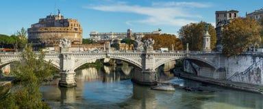 Roma, Itália - vista de uma ponte sobre o rio de Tibre e do mausoléu de Hadrian, conhecido geralmente como o ` Angelo de Castel S fotografia de stock royalty free