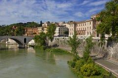 Roma, Italia abajo por el río de Tíber en un día soleado hermoso Imagenes de archivo