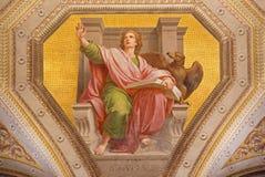 ROMA, ITALIA: Affresco di St John l'evangelista in Di Santa Maria di Chiesa della chiesa in Aquiro da Cesare Mariani nello stile  Immagine Stock