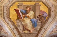ROMA, ITALIA: Affresco di St Luke l'evangelista in Di Santa Maria di Chiesa della chiesa in Aquiro vicino nello stile del neo-man fotografie stock libere da diritti