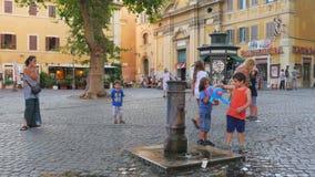 ROMA - ITALIA, AGOSTO DE 2015: agua del grifo de consumición de la fuente almacen de video
