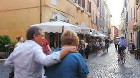 ROMA - ITALIA, AGOSTO DE 2015: el viaje de la gente goza en las calles almacen de video