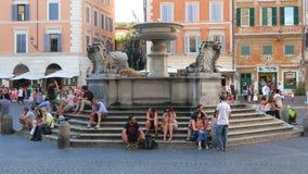ROMA - ITALIA, AGOSTO DE 2015: la gente goza alrededor de las fuentes italianas almacen de metraje de vídeo