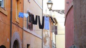 ROMA - ITALIA, AGOSTO DE 2015: lavadero tradicional, calle del lino de la ropa almacen de video