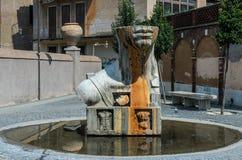 ROMA, ITALIA - AGOSTO DE 2018: Monumento antiguo con las partes del cuerpo en el chalet D 'Este en Tivoli, Italia foto de archivo