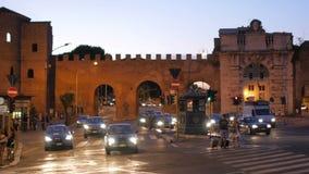 ROMA - ITALIA, AGOSTO DE 2015: paredes romanas en la noche metrajes
