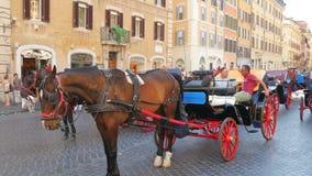 ROMA - ITALIA, AGOSTO DE 2015: taxi del caballo en el cuadrado español almacen de video