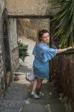 ROMA, ITALIA - AGOSTO DE 2018: Una chica joven camina a lo largo de los viejos pasos de piedra en la ciudad antigua imagen de archivo