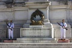 Roma/Italia - 24 agosto 2018: Guardia di onore della tomba del soldato sconosciuto sull'altare della patria immagine stock libera da diritti