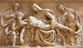 ROMA, ITALIA: Alivio de mármol del Pieta en los di Santa Maria del Popolo de la basílica de la iglesia y el della Rovere del Bass Imagen de archivo