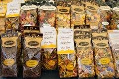 ROMA, ITALIA - APRILE, 6: Empaquetando con las pastas coloridas y marrones en el dei Fiori de Campo del mercado, Aprile 6, 2013 imagen de archivo libre de regalías
