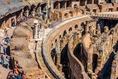 ROMA, ITALIA - 24 APRILE 2017 Vista interna del Colosseum con i turisti che fanno un giro turistico Fotografia Stock Libera da Diritti