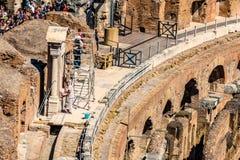 ROMA, ITALIA - 24 APRILE 2017 Vista interna del Colosseum con i turisti che fanno un giro turistico Immagini Stock Libere da Diritti
