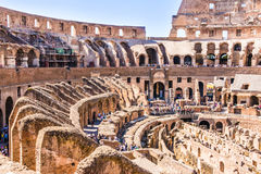 ROMA, ITALIA - 24 APRILE 2017 Vista interna del Colosseum con i turisti che fanno un giro turistico Immagine Stock Libera da Diritti