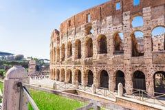 ROMA, ITALIA - 24 APRILE 2017 Vista laterale del Colosseum in un giorno di molla soleggiato Fotografia Stock