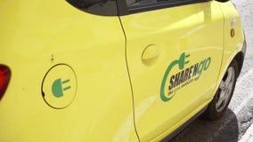 Roma, Italia - circa mayo de 2018: Coche eléctrico en Roma Vehículo híbrido que se coloca en la calle en Europa almacen de video
