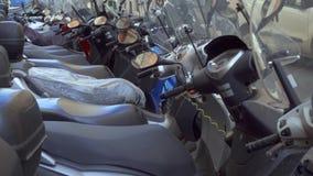ROMA, ITALIA - CIRCA mayo de 2018: Estacionamiento de la motocicleta en Roma Motos que se colocan en la calle en Europa almacen de metraje de vídeo