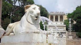 ROMA, ITALIA - CIRCA mayo de 2018: Fuente del león en Piazza del Popolo en Roma Corriente en la cámara lenta almacen de metraje de vídeo