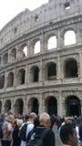 Roma, Italia, Colosseo con i turisti fotografia stock libera da diritti