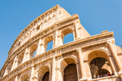 ROMA, ITALIA - 24 DE ABRIL DE 2017 Vista exterior del Colosseum con los turistas que hacen turismo Imagen de archivo libre de regalías
